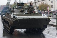 Les soldats de l'armée tchèque sont reconnaissance de lumière de monte et véhicule de surveillance LOS-M sur le défilé militaire photographie stock