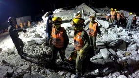 Les soldats de sécurité de patrie évacuent les personnes blessées par tsunami d'attaque de fusée de tremblement de terre Photo stock