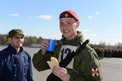 Les soldats des troupes internes dans la cuisine de champ Images stock