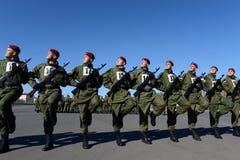 Les soldats des troupes internes du MIA de la Russie disposent à défiler sur la place rouge Image libre de droits