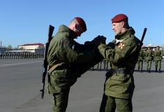Les soldats des troupes internes du MIA de la Russie disposent à défiler sur la place rouge Image stock