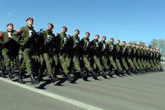 Les soldats des troupes internes du MIA de la Russie disposent à défiler sur la place rouge Photographie stock libre de droits