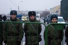 Les soldats des troupes internes s'approchent de l'opposition mars Images libres de droits