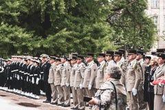 Les soldats des USA et de France avec des drapeaux au d?fil? sur le 8?me de peuvent photo libre de droits