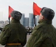 Les soldats du régiment distinct de transfiguration du ` s du commandant 154 se préparent au défilé le 7 novembre dans la place r Image stock
