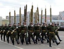 Les soldats du régiment distinct de transfiguration du ` s du commandant 154 se préparent au défilé le 7 novembre dans la place r Images libres de droits