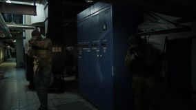 Les soldats enti?rement ?quip?s portant l'ennemi de attaque d'uniforme de camouflage, fusils pr?parent pour tirer banque de vidéos