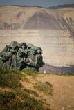 Les soldats escaladent la montagne photos libres de droits