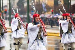 Les soldats grecs Evzones se sont habillés dans l'uniforme de cérémonie pendant le Jour de la Déclaration d'Indépendance de la Gr Images libres de droits
