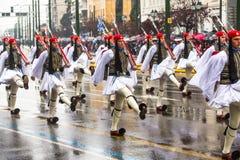 Les soldats grecs Evzones se sont habillés dans l'uniforme de cérémonie pendant le Jour de la Déclaration d'Indépendance de la Gr Photo stock