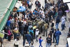 Les soldats israéliens appréhendent le terroriste Jerusalem l'israel photographie stock libre de droits
