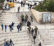 Les soldats israéliens appréhendent le terroriste Jerusalem l'israel photos stock