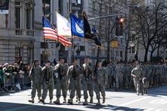 Les soldats marchant en jour du tapotement de rue de NYC défilent Photographie stock libre de droits