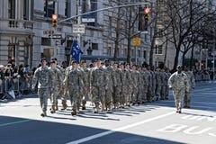 Les soldats marchant en jour du tapotement de rue de NYC défilent Image stock