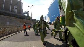 Les soldats portent des civières pour aider la personne blessée Image libre de droits