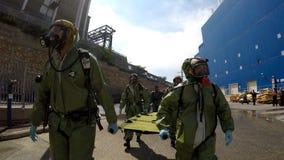 Les soldats portent des civières pour aider la personne blessée Photos libres de droits