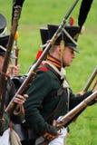 Les soldats russes d'armée chez Borodino luttent la reconstitution historique en Russie Image stock