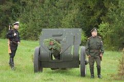 Les soldats s'approchent de l'échantillon 1902-1930 de canon Photos libres de droits