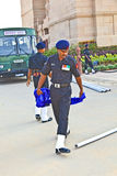 Les soldats se lèvent le drapeau à l'Inde Photos libres de droits