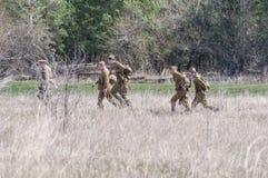 Les soldats soviétiques disposent à combattre Reconstruction des hostilités 2018-04-30 Samara Region, Russie Images libres de droits