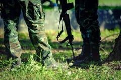 Les soldats thaïlandais avec des militaires camouflent l'uniforme dans la formation d'armée Photographie stock libre de droits