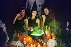 Les sorcières brassent le breuvage magique Photo libre de droits