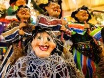 Les sorcières de l'épiphanie qui apportent à des enfants les cadeaux et le charbon Photo stock