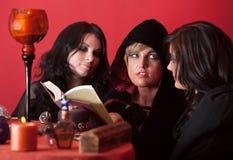 Les sorcières exposent des charmes Photos libres de droits