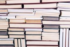 Les sorts de livres disposés comme fond Image libre de droits