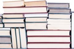 Les sorts de livres disposés comme fond Photographie stock