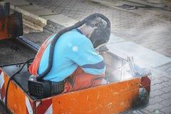 Les soudeuses dans les costumes et les masques à oxygène spéciaux effectuent le travail o de soudure photographie stock libre de droits