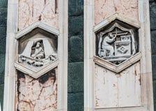 Les soulagements hexagonaux sur le campanile de Giottos Photo stock