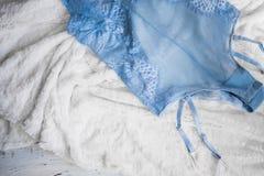 Les sous-vêtements des femmes de dentelle de lingerie sur le plan rapproché blanc de fond Lingerie sexy, Image stock