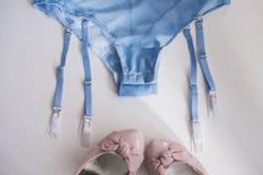 Les sous-vêtements des femmes de dentelle de lingerie sur le plan rapproché blanc de fond Lingerie sexy, Images libres de droits
