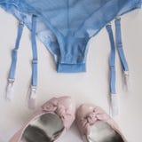 Les sous-vêtements des femmes de dentelle de lingerie sur le plan rapproché blanc de fond Lingerie sexy, Photos libres de droits