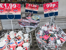 Les souvenirs de Londres dans l'extérieur de poubelles font des emplettes sur la rue de Camden Image stock