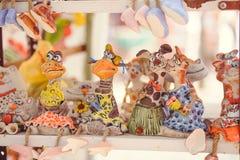 Les souvenirs de poupées d'argile de vente de l'argile, touriste place l'Ukraine images stock