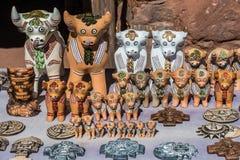 Les souvenirs de taureaux de Pucara handcraft dans les Andes péruviens chez Puno P photographie stock