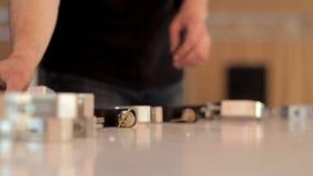 Les spécialistes de la technologie rassemblent des pièces de l'équipement pour l'éclairage d'étape Préparation du hall de fête po banque de vidéos