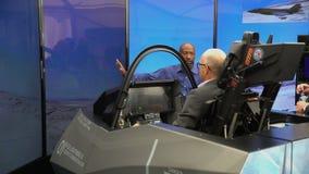Les spécialistes examinent la foudre II de Lockheed Martin F-35 de chasseur-bombardier de simulateur de vol banque de vidéos