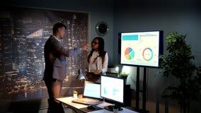 Les spécialistes multiraciaux dans les sciences économiques analysant le développement du marché mondial du ont décrit sur infogr banque de vidéos