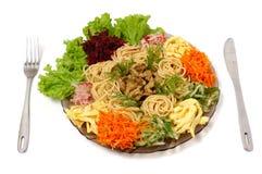 Les spaghetti avec du boeuf et des légumes ont isolé le paraboloïde de nourriture Photo libre de droits