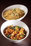 Les spaghetti chinois chauds avec garnissent Photos stock