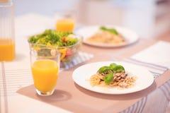 Les spaghetti frais avec la sauce aux champignons et le basilic crémeux poussent des feuilles Image libre de droits