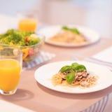 Les spaghetti frais avec la sauce aux champignons et le basilic crémeux poussent des feuilles Photo stock