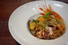Les spaghetti ?pic?s de fruits de mer remuent la protection frite Cha ont roul? dans la fourchette sur le plat blanc du restauran image libre de droits