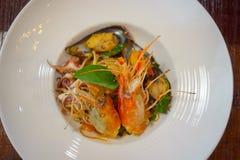 Les spaghetti ?pic?s de fruits de mer remuent la protection frite Cha ont roul? dans la fourchette sur le plat blanc du restauran photo libre de droits
