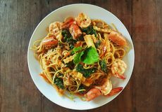 Les spaghetti remuent le ki thaïlandais épicé frit mao de protection avec la crevette sur la table en bois photo stock