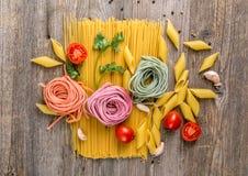 Les spaghetti, se sont levés regardant des macaronis en composition, topview image libre de droits