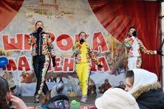 Les spectateurs dans la représentation du trio femelle vocal dans multi Image stock